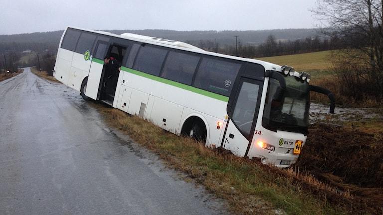 En tom skolbuss åkte i diket i halkan i byn Gerdal på vägen mellan Överhörnäs och Sidensjö i Örnsköldsvik. Foto: Lennart Sundwall/SR