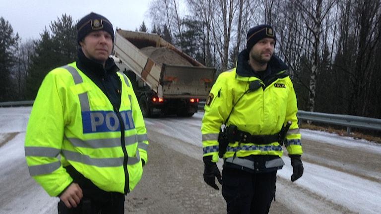 Polis vid avspärrningen av vägen som var för hal att köra på. Foto: Lennart Sundwall/SR