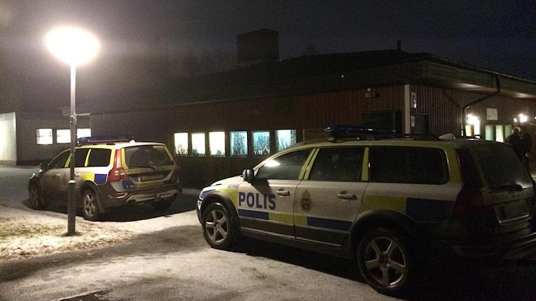 Polisen har en tillfällig ledningscentral vid Österro skola i Bergsåker där pojken försvann. Foto: Annelie Ledin/SR