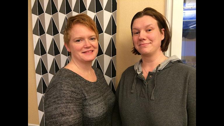Ulrika Jason och Camilla Jansson nattvandrar i Timrå. Foto: TullaMaja Fogelberg/Sveriges Radio.