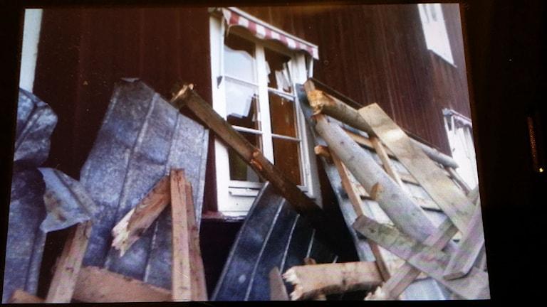 Sönderslagna fönster och lossade plåttak hos Per-Erik Hedörn i Norrhassel. Foto: Privat