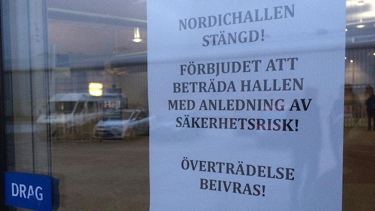 Text om att det är förbjudet att beträda Nordichallen i Sundsvall. Foto: Annelie Ledin/SR