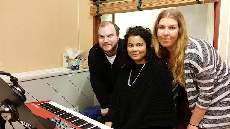 Sångerskan Isabel Neib, flankerad av pianisten Robin East och körande kusinen Rebecka Sundin. Foto: Erik Nyberg/SR