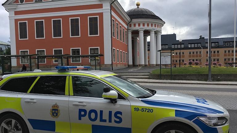 En polisbil står vid gatan bredvid Rådhuset i Härnösand. Foto: Alexander Arvidsson/Sveriges Radio