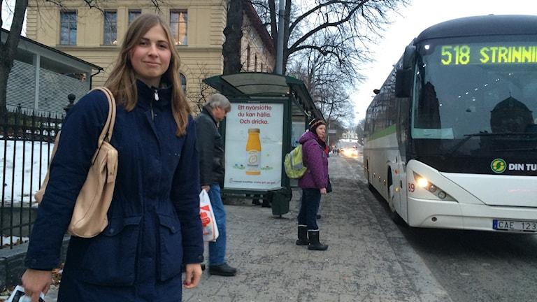 Linnea Lindahl åker buss på jullovet. Foto Ulla Öhman