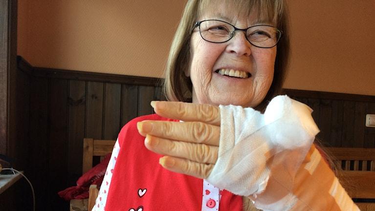 Glad ändå trots fallet på julaftonen men nu får Birgitta Holmgren Wallin gå med en stålställning i armen i fem veckor. Foto Ulla Öhman