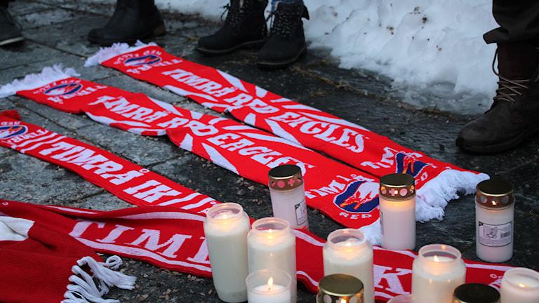 Timrå IKs supportrar tänder gravljus i en manifestation utanför kommunhuset i Timrå. Foto: Peter Hansson/SR