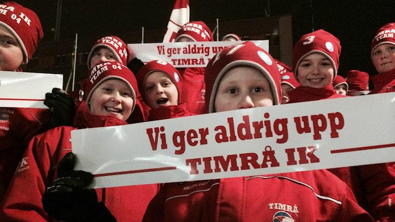 Timrå IK:s supportrar och medlemmar höll manifestation mot kommunens beslut. Foto: Christer Jonasson