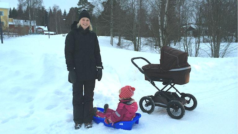 OS-medaljör Anna Olsson på väg till lekparken tillsammans med barnen Molly och Signe. Foto: TullaMaja Fogelberg/Sveriges Radio