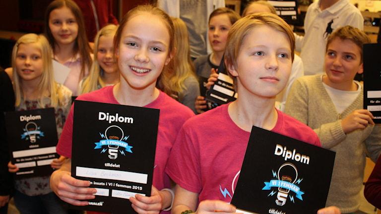 Eleverna Lisa Beckman och Nils Olofsson plockade hem segern till Mimerskolan. Foto: Susanne Helsing/SR