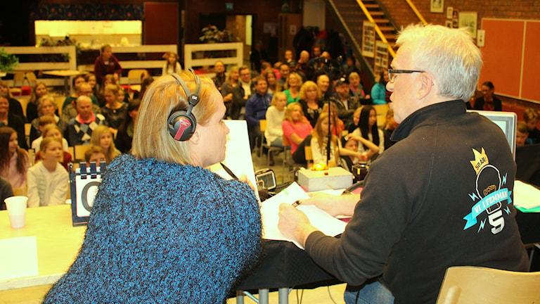 Domare Ulla Öhman diskuterar med programledaren Lennart Sundwall. Foto: Susanne Helsing/SR