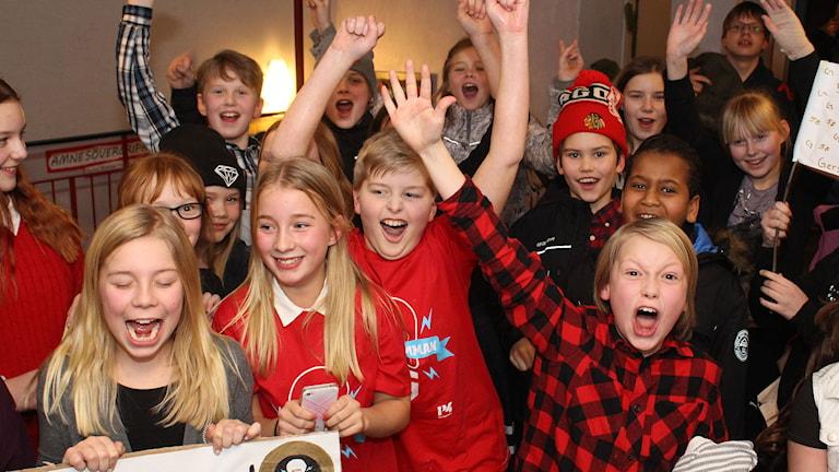 Lova och Filip jublar med klasskompisarna på Gerestadskolan. Foto: Niklas Axelsson/SR