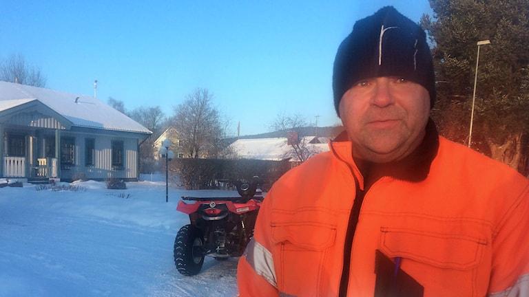 Försvunne mannens bror är ute och letar med en fyrhjuling. Foto: Ulla Öhman/SR