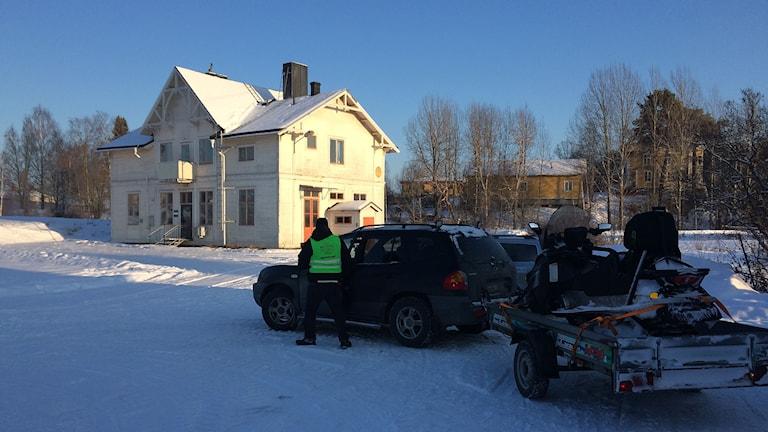 Missing People samlas vid gamla järnvägsstationen kl. 14. Foto: Ulla Öhman/SR