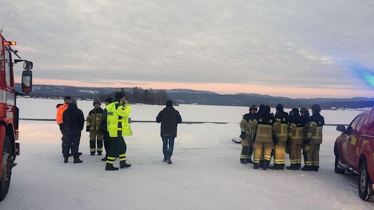 Hela räddningspådraget samlades vid Ångermanälvens strand i höjd med ön Lilla Norge efter beskedet. Foto: Ulla Öhman/SR