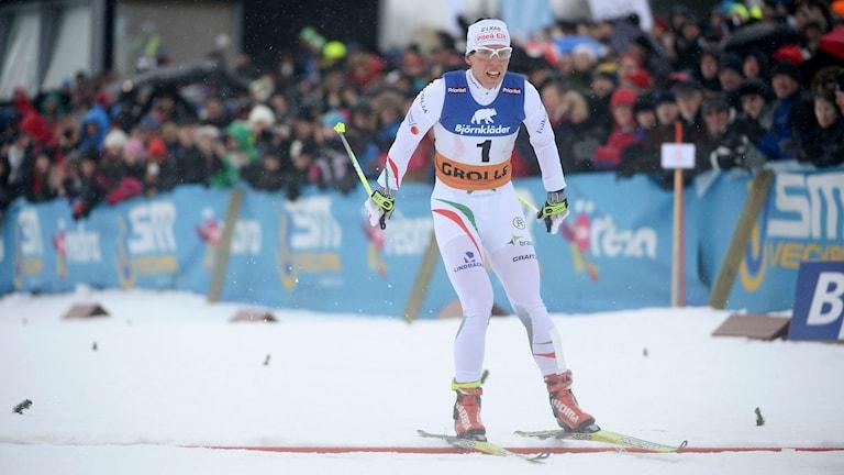 Charlotte Kalla korsar mållinjen och segrar i damernas skiathlon klassisk stil. Foto: Fredrik Sandberg/TT