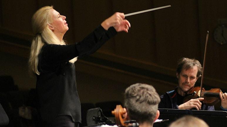 Dirigenten Maria Eklund. Foto: Niklas Axelsson/Sveriges Radio