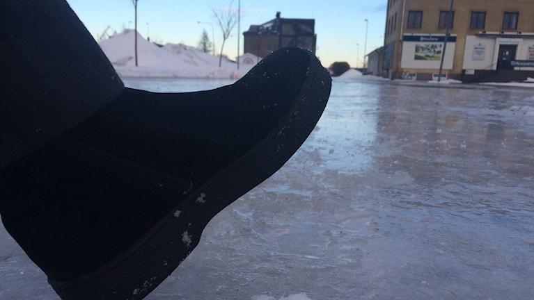 Blank is på många trottoarer och gator den här vintern. Foto Ulla Öhman