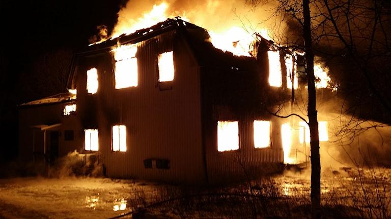 Huset var helt övertänt när räddningstjänsten kom till platsen. Foto: Räddningstjänsten i Kramfors