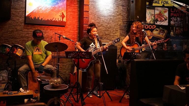 Filippinska musiker i Thailand. Mia Miraflores och Megan Balao. Foto: Anders Thorsell/resefoto.net