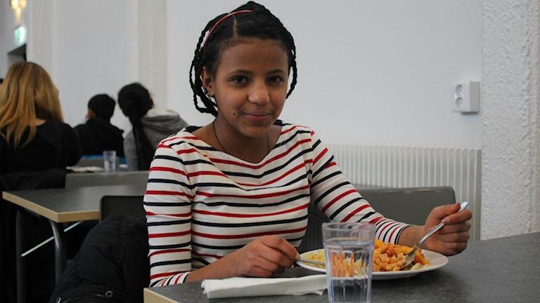 En av eleverna äter sin lunch i Hagaskolans renoverade matsal. Foto: Niklas Axelsson/Sveriges Radio