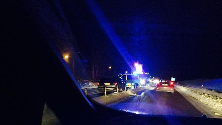 En personbil körde in i vajerräcket på E4. Foto: Ulla Öhman/SR