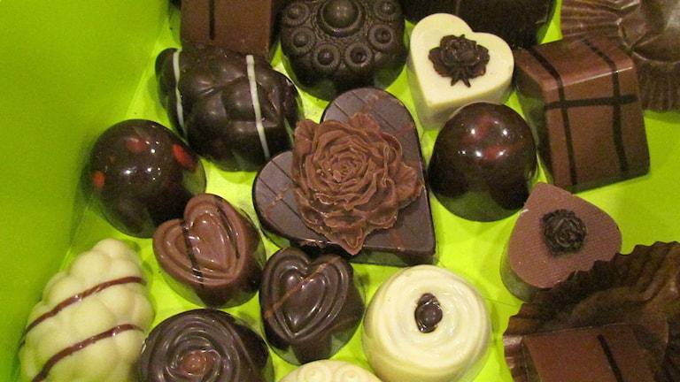 Chokladpraliner i en grön ask. Foto: Karin Lönnå/Sveriges Radio