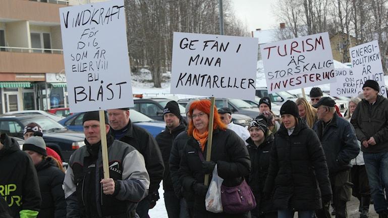 Ett långt led gick genom samhället i Ramsele för att protestera mot vindkraften. Foto. Viktor Åsberg/SR.