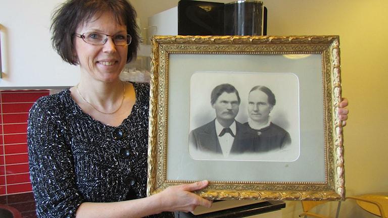 Ann-Cathrin Granbäck med bilden på hennes morfars morfar Johan Bergström. Foto: Karin Lönnå/Sveriges Radio
