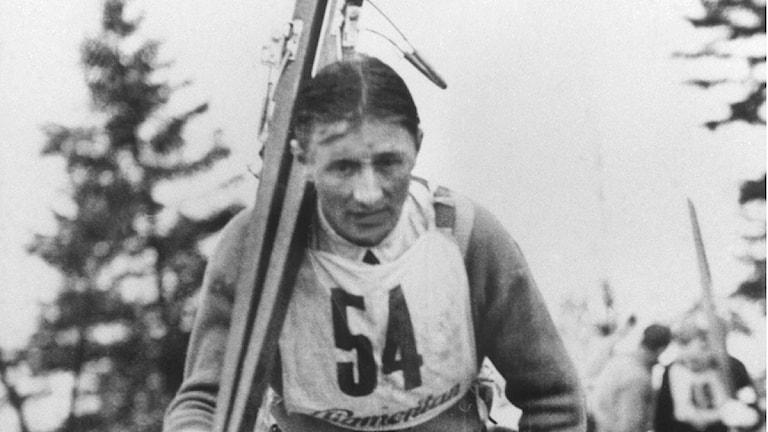 1939. Sven Selånger, backhoppare. På väg uppför trappor med skidorna på axeln. Foto: TT