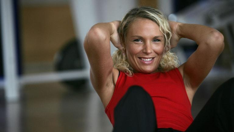Ung tjej tränar på gym. Foto: Fredrik Sandberg/TT