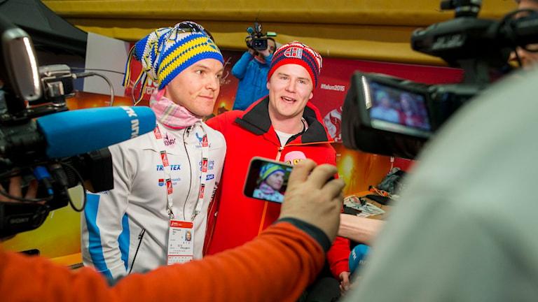 Robin Bryntesson och NRKs reporter Nicolay Ramm pratar med pressen. Foto: Vegard Wivestad Grøtt/NTB/TT