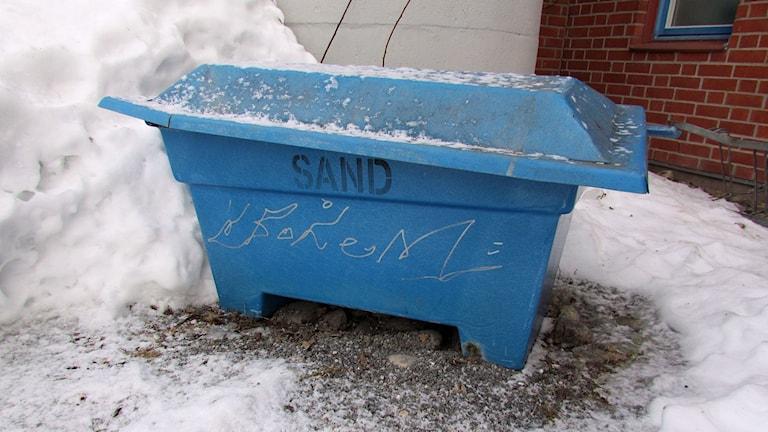 Blå låda fylld med sand. Foto: AC Carlsson/SR