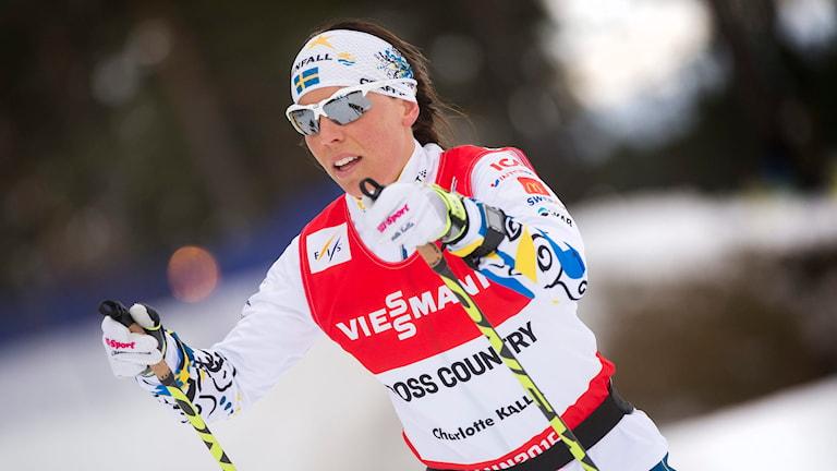 Charlotte Kalla tränar i spåren. Foto: Fredrik Sandberg/TT