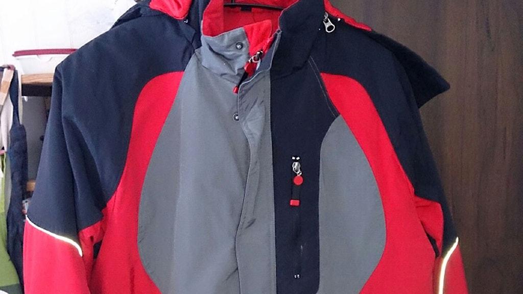 Den försvunne mannen har den här jackan på sig. Foto: Privat/Polisen