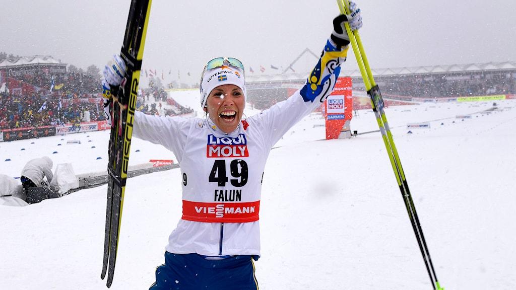 Charlotte Kalla jublar efter att ha tagit guld i damernas 10 km fristil vid skid-VM i Falun. Foto: Anders Wiklund/TT