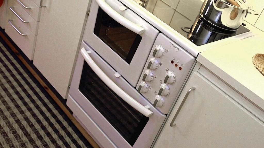 En spis med två ugnar står i ett kök. Foto: Ingvar Karmhed/TT.