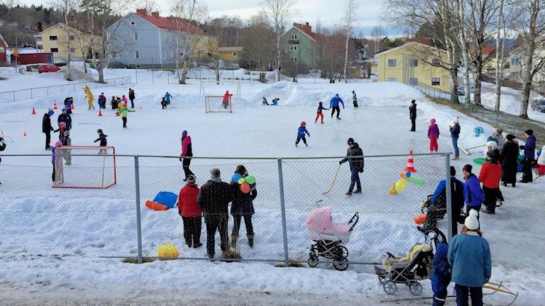 Skridskodag på Östermalm i Sundsvall. Foto: Östermalms IF