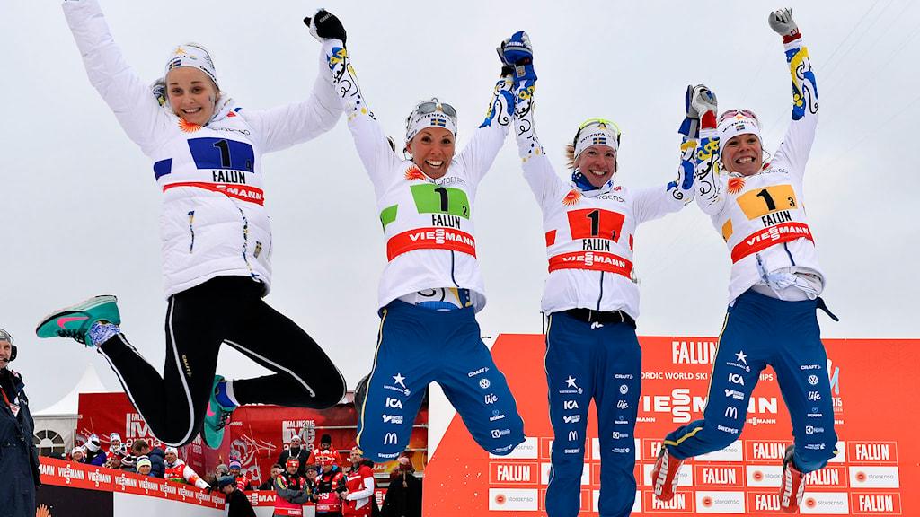 Sveriges Stina Nilsson, Charlotte Kalla, Sofia Bleckur och Maria Rydqvist firar slivret i damernas stafett 4x5 km.  Foto: Anders Wiklund/TT