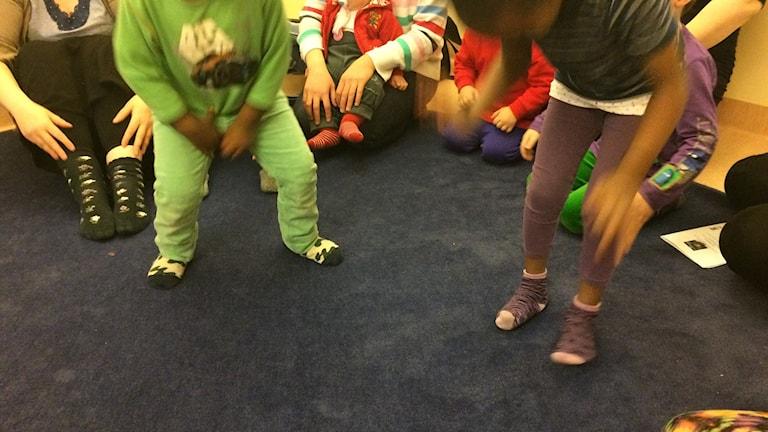 Barn dansar till rörelsesånger på en Öppen asylförskola i Kramfors. Foto Ulla Öhman