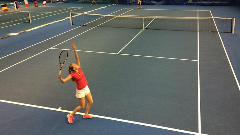 Kvinna spelar tennis. Foto: Ulla Öhman/SR