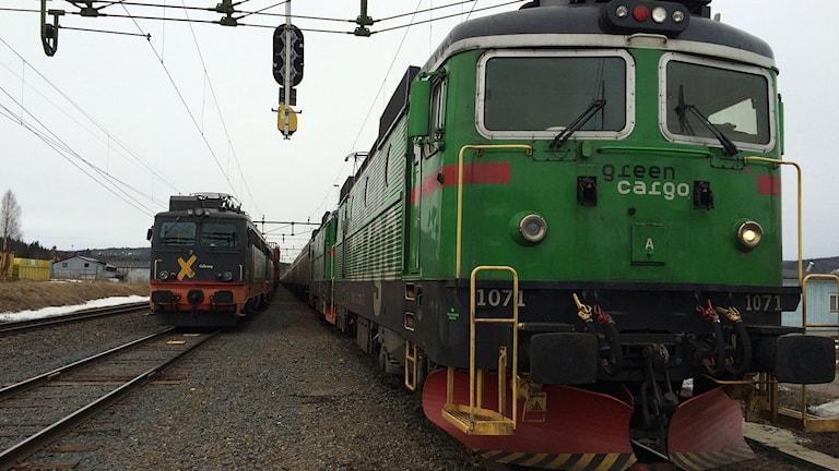 Ett timmertåg och ett godståg står stilla efter urspårningen. Foto: Niklas Axelsson/SR