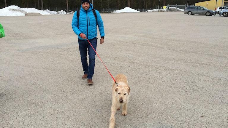 Hunden Arthur har landat i Örnsköldsvik med husse Mikael Lindnord. Foto: Lennart Sundwall/SR