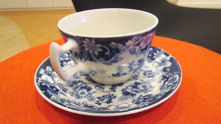 Kaffekopp i porslin med blått mönster. Foto: Karin Lönnå/Sveriges Radio