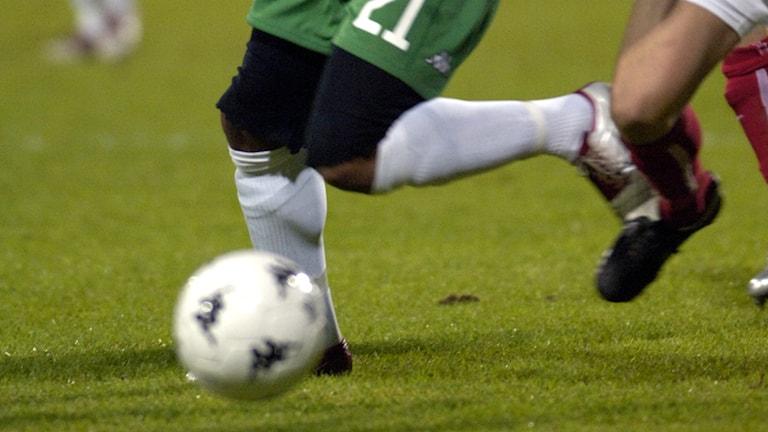 Fotbollsspelare jagar bollen. Foto: Janerik Henriksson/TT