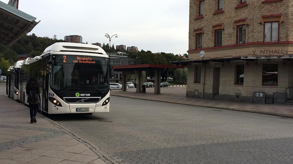 Glest med personer som väntar på att få kliva på en buss på Navet i centrala Sundsvall. Foto: Agneta Jacobsson/Sveriges Radio