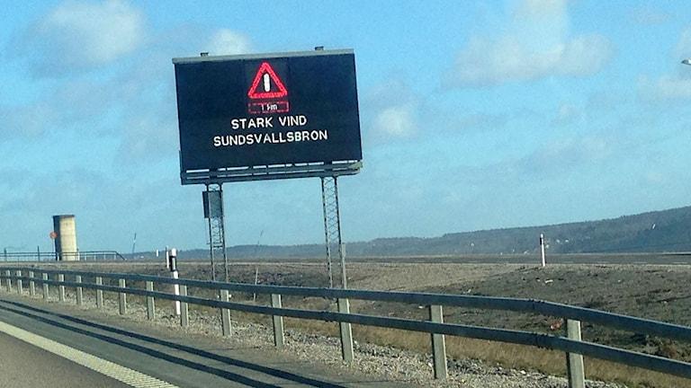 Skylt varnar för stark vind på Sundsvallsbron. Foto: Sara Johansson/SR