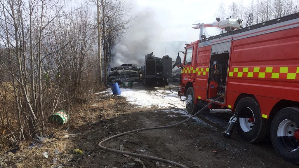 En bilpress brinner i Överhörnäs utanför Örnsköldsvik. Foto: Lennart Sundwall/SR