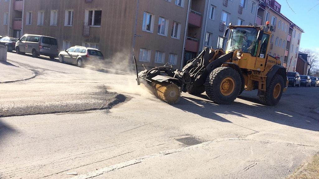 Traktorn sopar bort sanden på en stadsgata i Härnösand. Foto Ulla Öhman/SR