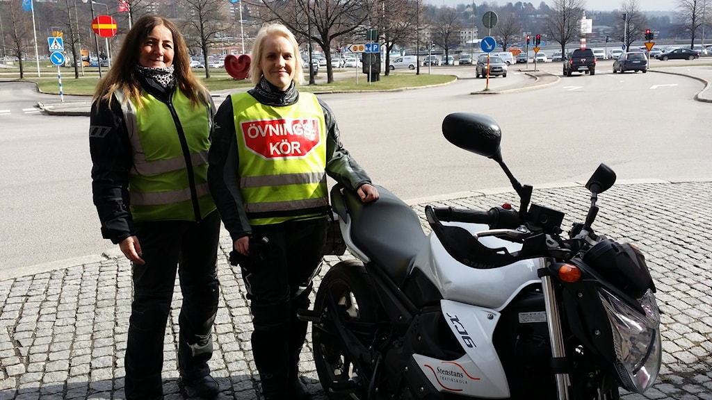 Kicki Forsmark och Eva Larsson redo för körlektion i Sundsvall. Foto: Erik Nyberg/SR